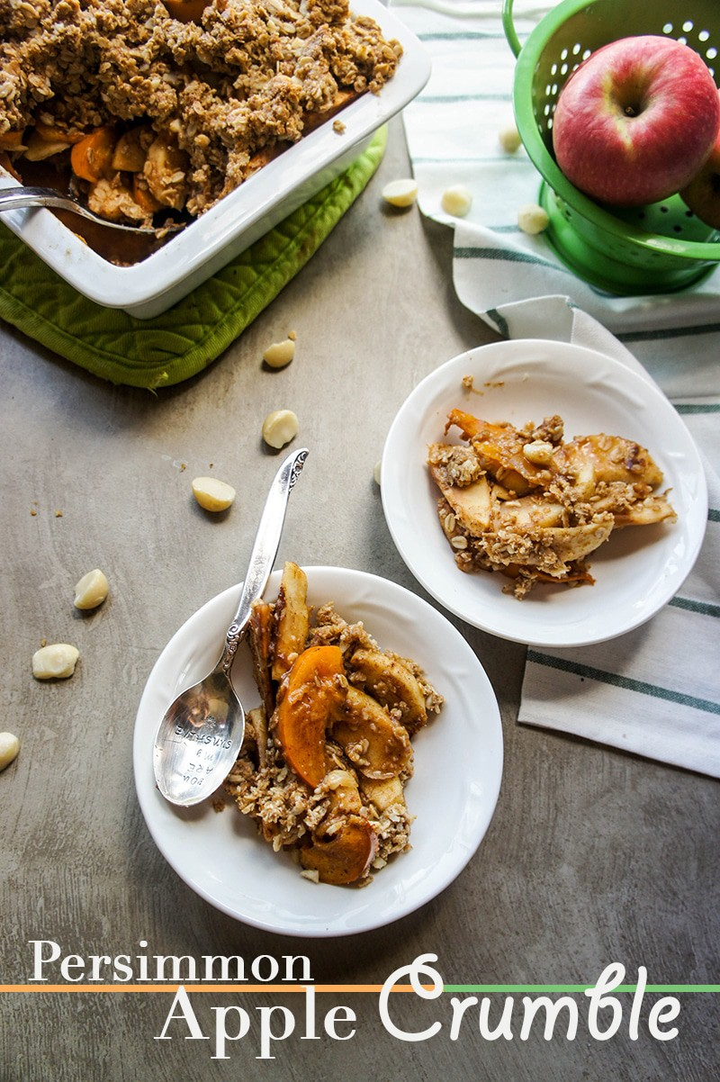 Persimmon Apple Crumble / This healthy dessert is a warming a delicious combination of fruit, oats, and nuts.
