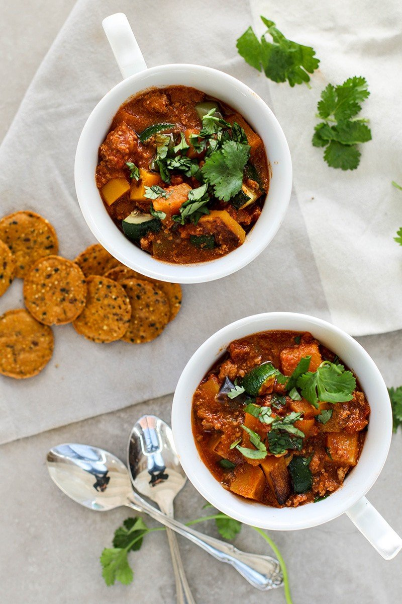 Roasted Butternut Turkey Chili / This Whole30/Paleo chili is packed with sweet roasted veggies and lots of protein. My new favorite chili recipe!