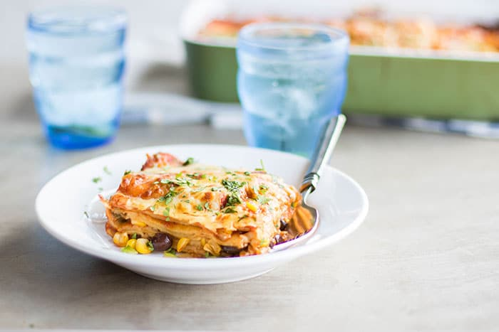 Vegetarian Enchilada Casserole Recipe / This healthy black bean and veggie casserole is so easy to put together, and freezes well for quick meals!