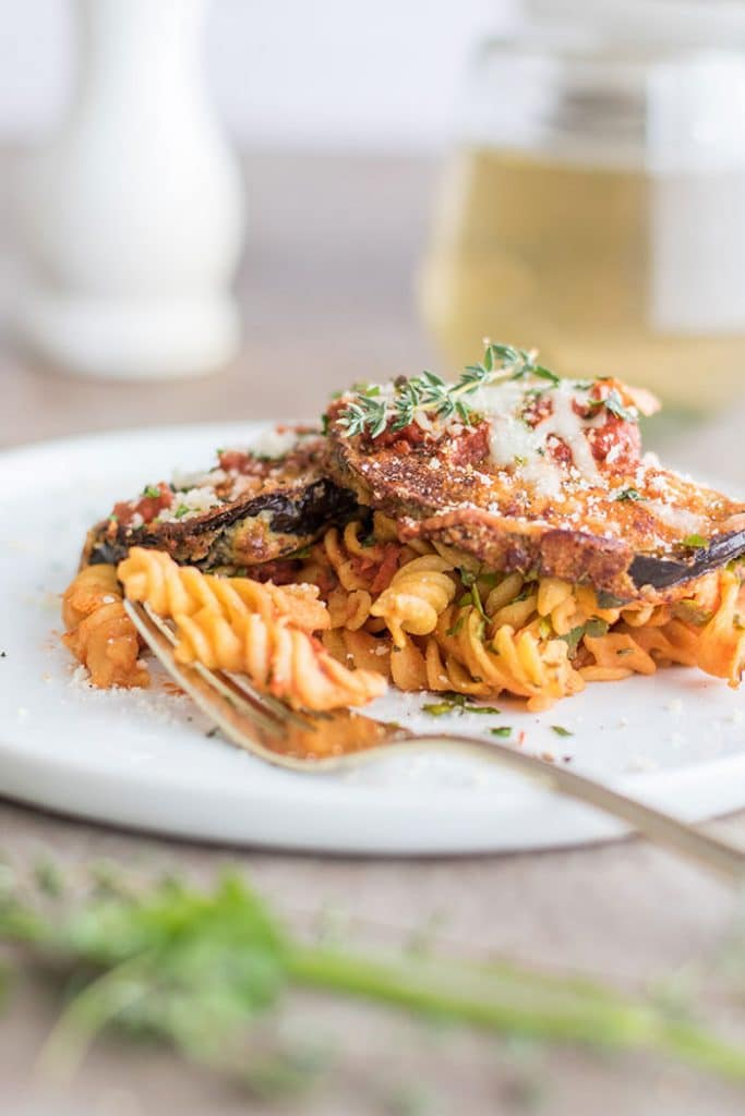 Baked Eggplant Parmesan Pasta / This gluten free baked pasta dish is a great! Made #glutenfree with Chickapea Pasta, and layered with crispy baked eggplant slices and lots of cheese!